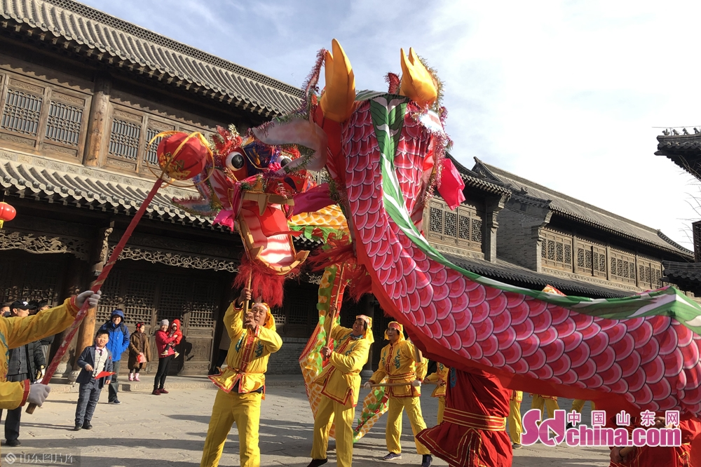 Folk artists perform in Qingzhou Ancient Town Scenic Spot in Weifang City, east China&rsquo;s Shandong Province. A series of events will be held here to greet the Chinese Lunar New Year, or Spring Festival, which falls on Feb. 5 this year.<br/>