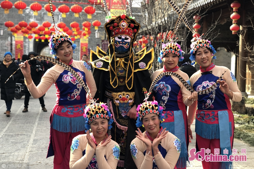 Folk artists pose for a photo in Qingzhou Ancient Town Scenic Spot in Weifang City, east China&rsquo;s Shandong Province. A series of events will be held here to greet the Chinese Lunar New Year, or Spring Festival, which falls on Feb. 5 this year.<br/>