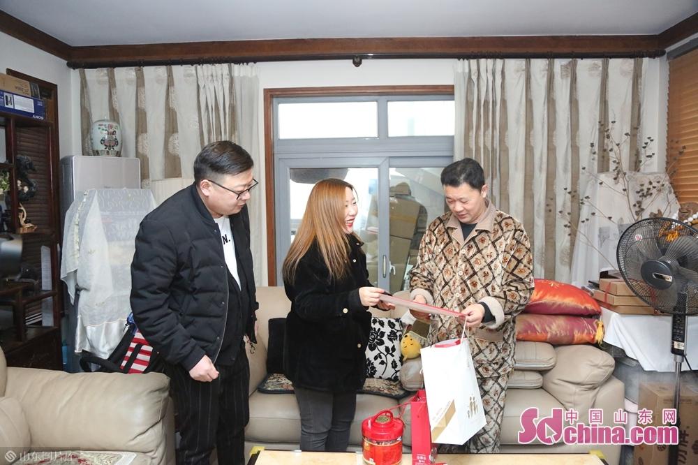 <br/><br/>  看到中国山东网联合爱心企业给他们送来春联,社区居民都非常高兴。<br/>