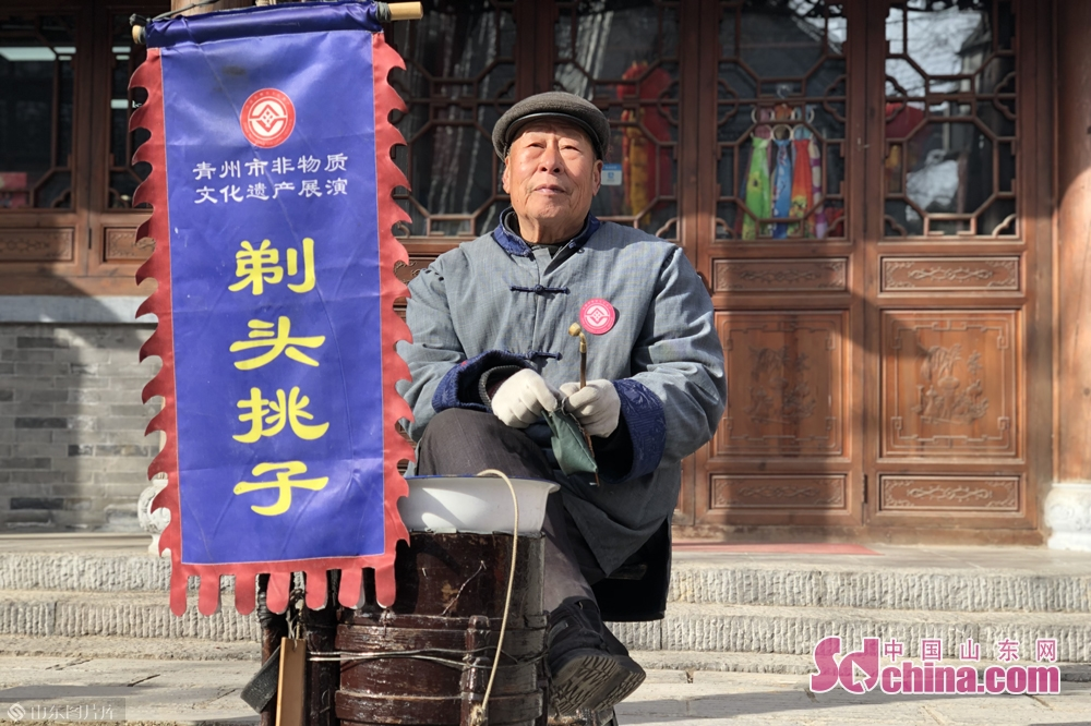 A Chinese barber is seen in Qingzhou Ancient Town Scenic Spot in Weifang City, east China's Shandong Province. A series of events will be held here to greet the Chinese Lunar New Year, or Spring Festival, which falls on Feb. 5 this year.
