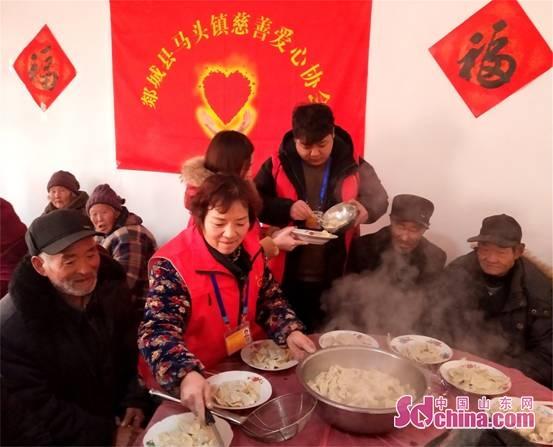 <br/>  1月27日,在郯城县马头镇马东社区东圣街村委会,马东社区志愿者与马头镇部分孤寡老人一起包饺子、吃饺子,并免费提供了米面等过年礼物,提前一天渡过有意义的&ldquo;小年&rdquo;。<br/>