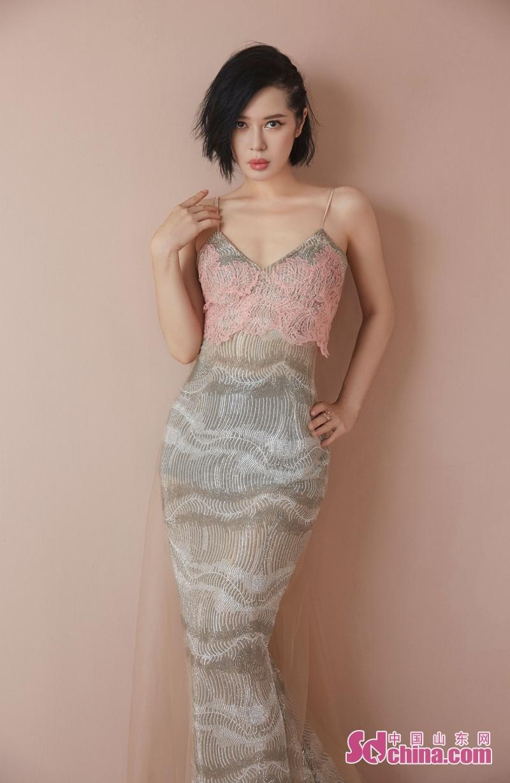 <br/>  日前,演员余男曝光了一组时尚写真,照片中她身穿V领吊带修身连衣长裙,珍珠垂感勾勒出曼妙的身材曲线,胸前粉色蕾丝质感背心性感又不失俏皮,若隐若现的透视感十分撩人,加上迷离勾人的眼神尽显魅惑气息,玲珑有致,风情万种。<br/>