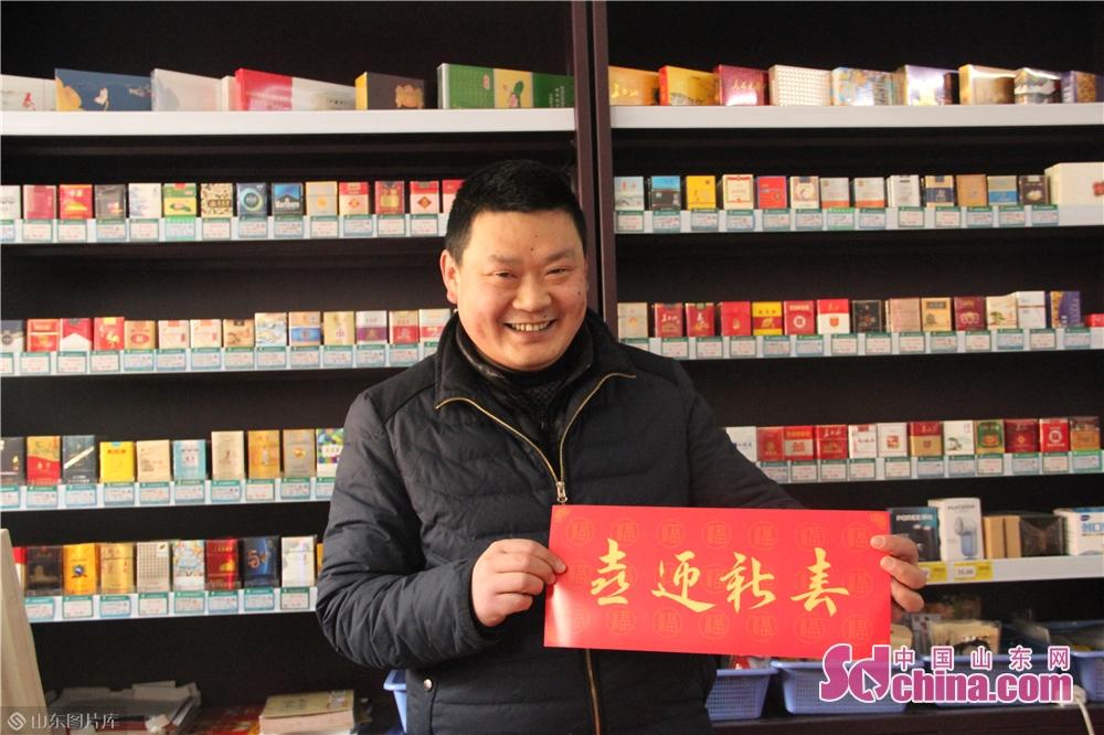 <br/>  中百超市的刘大哥高兴地接过红彤彤的春联和福字,高兴地说:&ldquo;这春联真洋气儿,寓意也好,我喜欢&rdquo;。<br/>