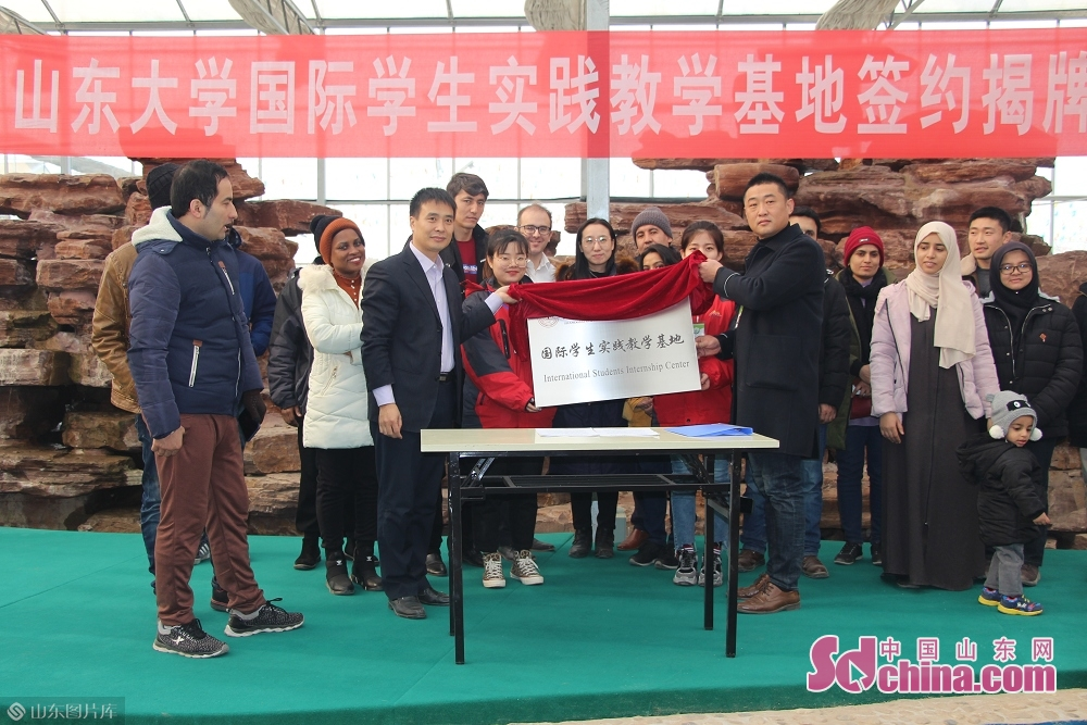 Shandong University signs cooperation agreement with Huiquan Agro-ecological Park in Zhangqiu District of Jinan, capital of Shandong Province, on January 3, 2019. More than 10 foreign students at Shandong University arrived in Zhangqiu Huiquan Agro-ecological Park to gain intuitive insights into the development of modern agriculture and agricultural tourism in Shandong.<br/>