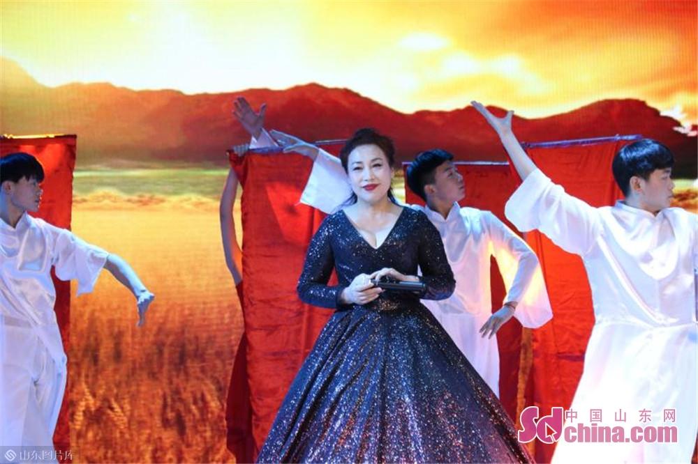 <br/>  伴随着开场歌舞《东方红》优美的旋律,济宁市庆祝改革开放40周年暨&amp;ldquo;中华情 祥通梦&amp;Prime;文艺汇演拉开帷幕。整个汇演分开场歌舞、上篇《波澜壮阔东方潮》、下篇《砥砺奋进新时代》和尾声歌舞《我爱你中国》等几部分组成。