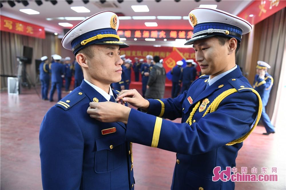 <br/>       1月3日上午,济宁市消防救援支队隆重举行迎旗、授衔和换装仪式。