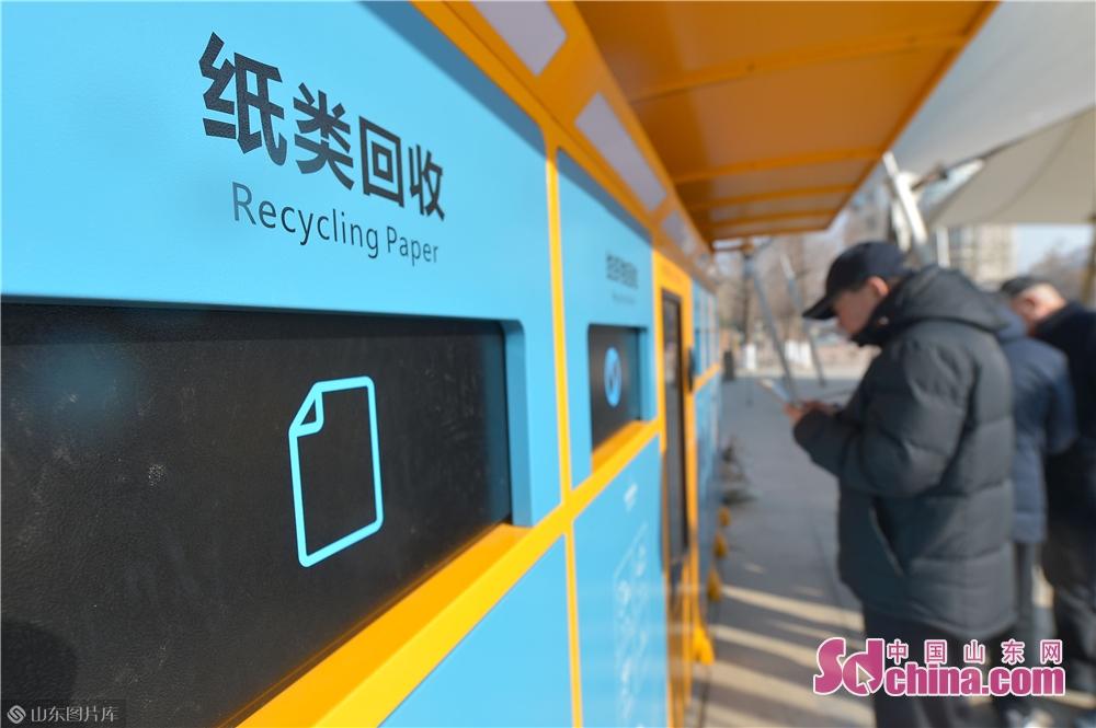 <br/>  2019年1月2日,山东青岛同德路社区居民试用人工智能垃圾分类机。<br/>