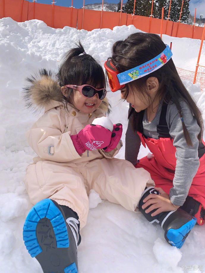 <br/>  贾静雯还配文称:波妞第一次踏上雪地就深深爱上一直不停的吃雪,超级可爱。<br/>