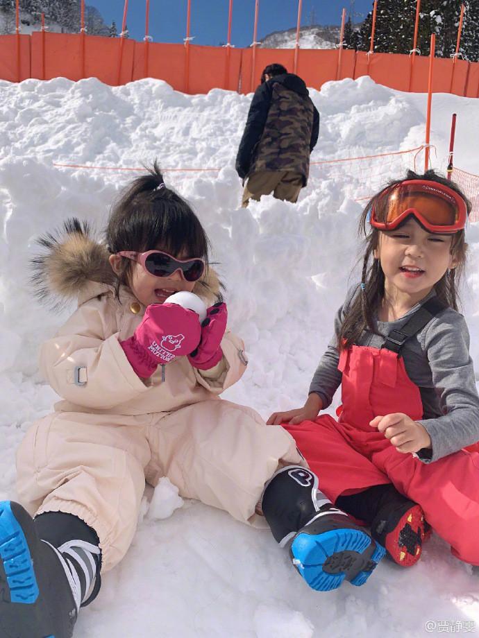 <br/>  贾静雯一家假期滑雪欢乐多,咘咘波妞雪地玩耍超可爱。