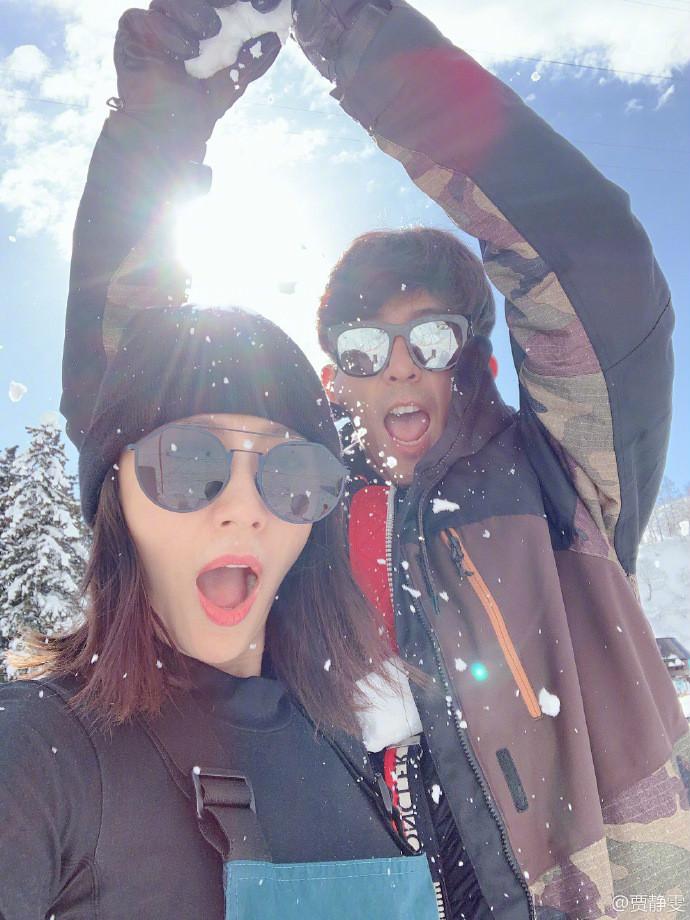 <br/>  1月30日上午,贾静雯晒出一组滑雪图,贾静雯修杰楷夫妇戴着墨镜,张嘴合照颜值超高。<br/>
