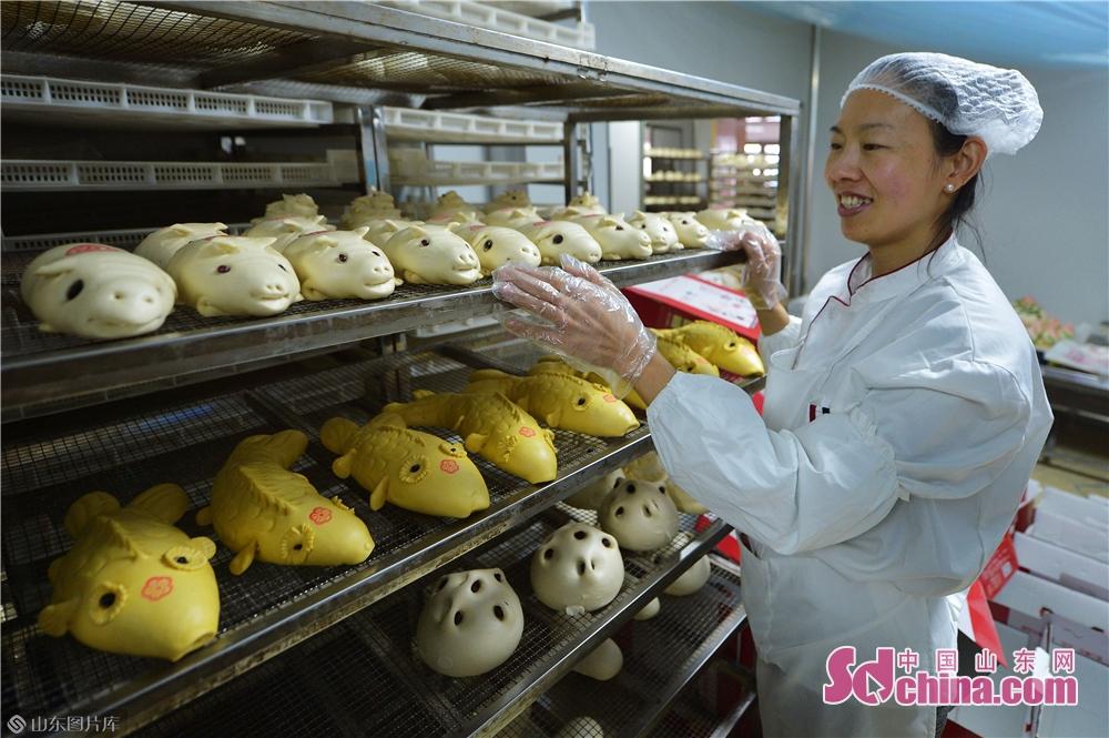 공인들이 설날 주문 많아서 다양한 만두를 제작하고 있다.<br/>