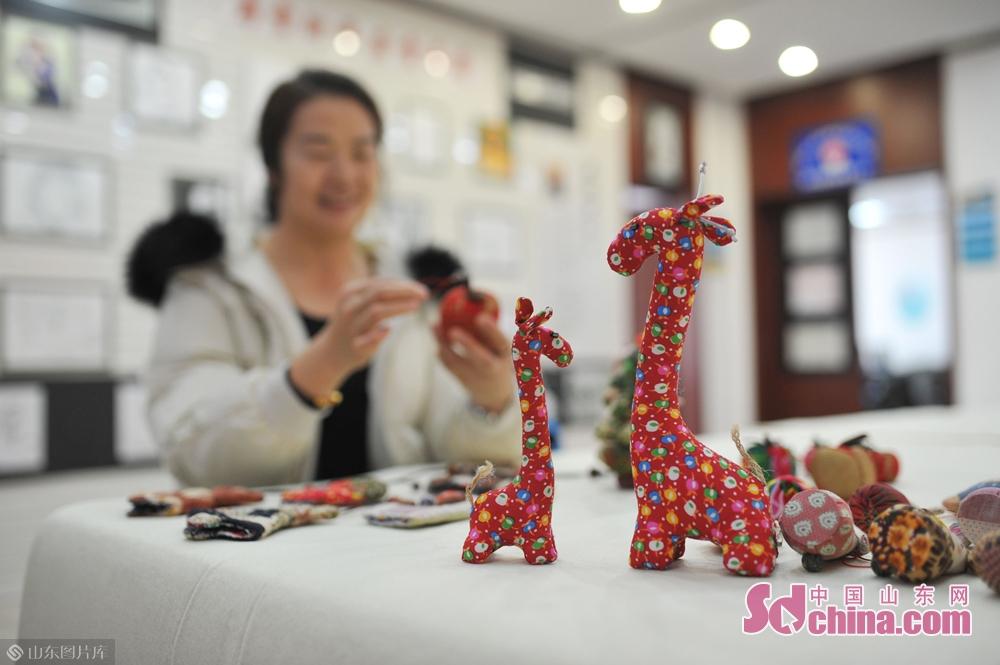 <br/>  1月31日,青岛湛山街道社区手工布艺爱好者在&amp;ldquo;年味道&amp;rdquo;民俗文化大集上展示精美的手工布艺。<br/>