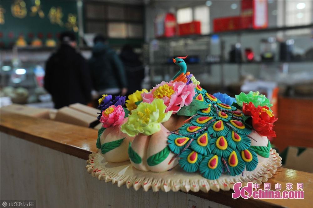 <br/> <br/>  2019年1月30日,在青岛崂山区王哥庄荆长艳的馒头店里展示的精致面塑。