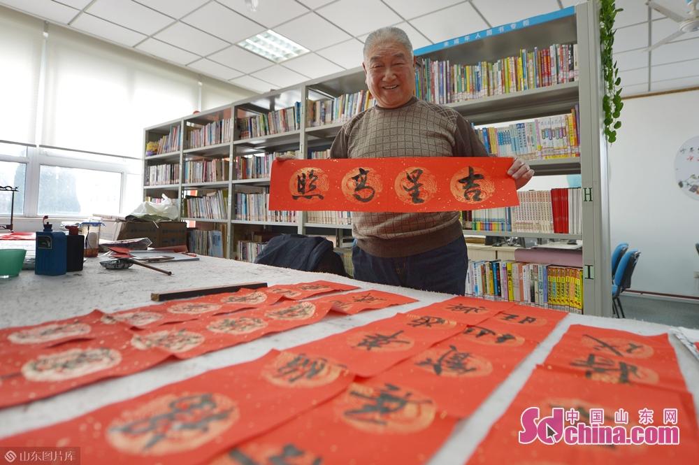 <br/>  1月31日,青岛湛山街道社区书画爱好者在&amp;ldquo;年味道&amp;rdquo;民俗文化大集上为居民书写春联。<br/>