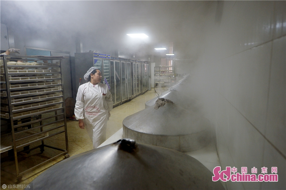 <br/>  2019年1月30日,一名面食师傅在青岛崂山区王哥庄荆长艳的馒头店里巡视蒸笼。<br/>