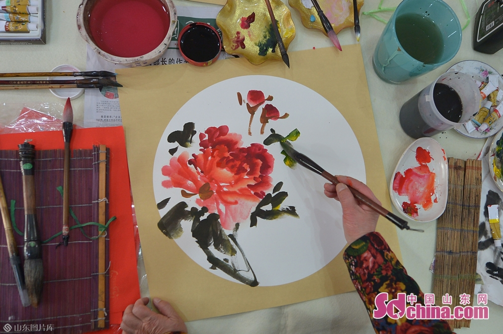 <br/>  1月31日,青岛湛山街道社区书画爱好者在&amp;ldquo;年味道&amp;rdquo;民俗文化大集上为居民绘制花卉。<br/>