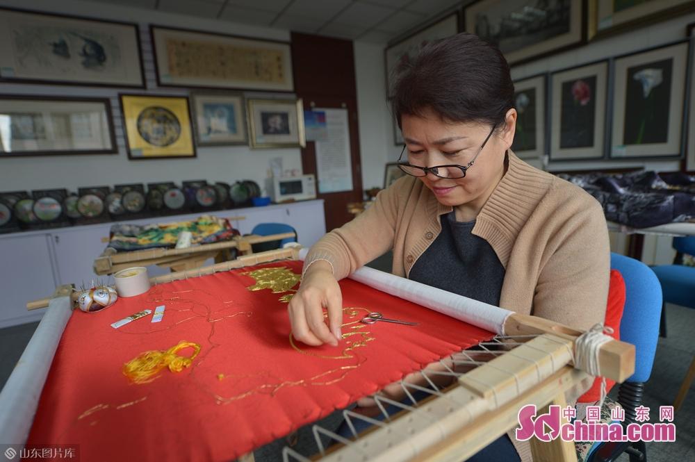 <br/>  1月31日,青岛湛山街道社区的苏绣老师在&amp;ldquo;年味道&amp;rdquo;民俗文化大集现场绣制&amp;ldquo;金猪迎春&amp;rdquo;。<br/>