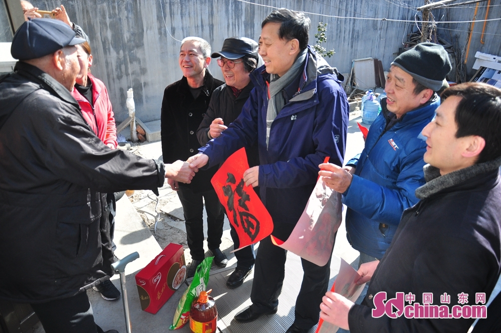 Calligraphers present calligrapher works featuring Chinese character Fu meaning happiness to residents to celebrate the upcoming Spring Festival, or Chinese Lunar New Year, in Xiejiahe Community of Wanggezhuang Street in Qingdao, east China&amp;rsquo;s Shandong Province on January 31, 2019.<br/>