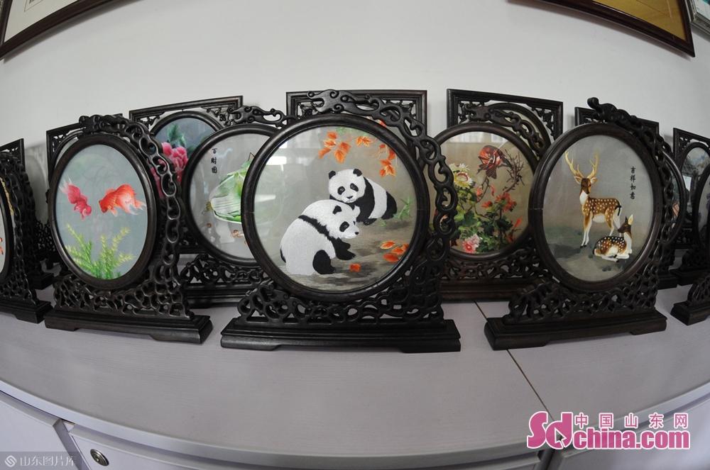 <br/>  1月31日,在青岛湛山街道社区&amp;ldquo;年味道&amp;rdquo;民俗文化大集现场展示的苏绣作品。<br/>