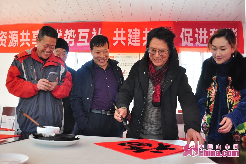A calligrapher creates a piece of calligraphy work featuring Chinese character Fu meaning happiness to celebrate the upcoming Spring Festival, or Chinese Lunar New Year, in Xiejiahe Community of Wanggezhuang Street in Qingdao, east China&amp;rsquo;s Shandong Province on January 31, 2019.<br/>