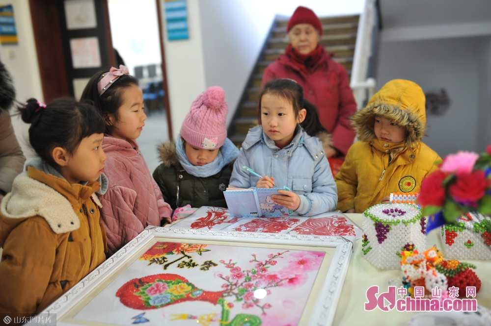 <br/>  1月31日,小朋友们在青岛湛山街道社区&amp;ldquo;年味道&amp;rdquo;民俗文化大集上参观。