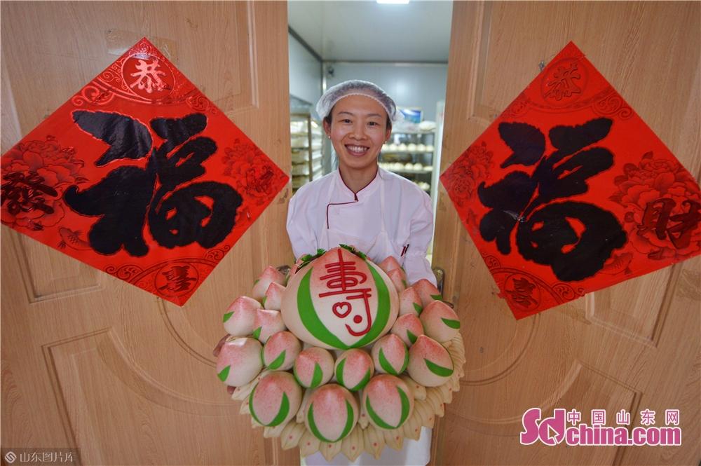 설날 곡 올 것이다. 청도 요산구 수제 만두집에서 바쁘게 꽃 만두를 만드고 있다. 만두집 운영한 지 10년 있으며 제일 바쁜 시절은 바로 이 때다. 매일 4시간만 주문할 수 있고 고객 위해서 만 여개 만두 주문을 제작해 줘야 한다.<br/>