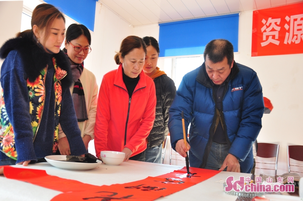 A calligrapher creates a piece of calligraphy work to celebrate the upcoming Spring Festival, or Chinese Lunar New Year, in Xiejiahe Community of Wanggezhuang Street in Qingdao, east China&amp;rsquo;s Shandong Province on January 31, 2019.<br/>