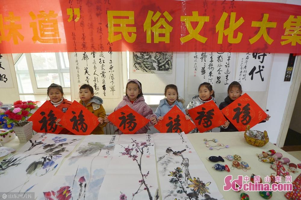 <br/>  1月31日,在青岛湛山街道&amp;ldquo;年味道&amp;rdquo;民俗文化大集上,几名小朋友展示收到的福字。<br/>