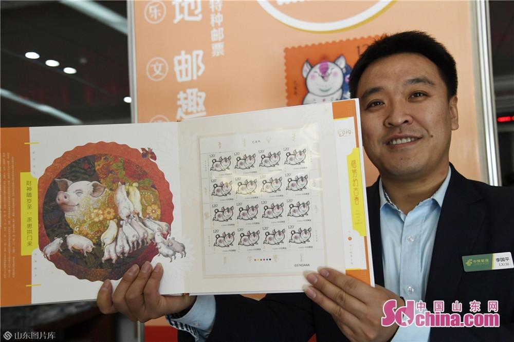 スタッフは切手を展示してた。<br/>  中国山東網