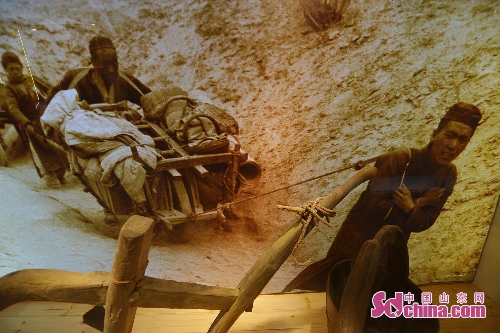<br/>  10月9日,这是在青岛历史街区文化记忆馆展示的民国时期难民涌入青岛的老照片。<br/>