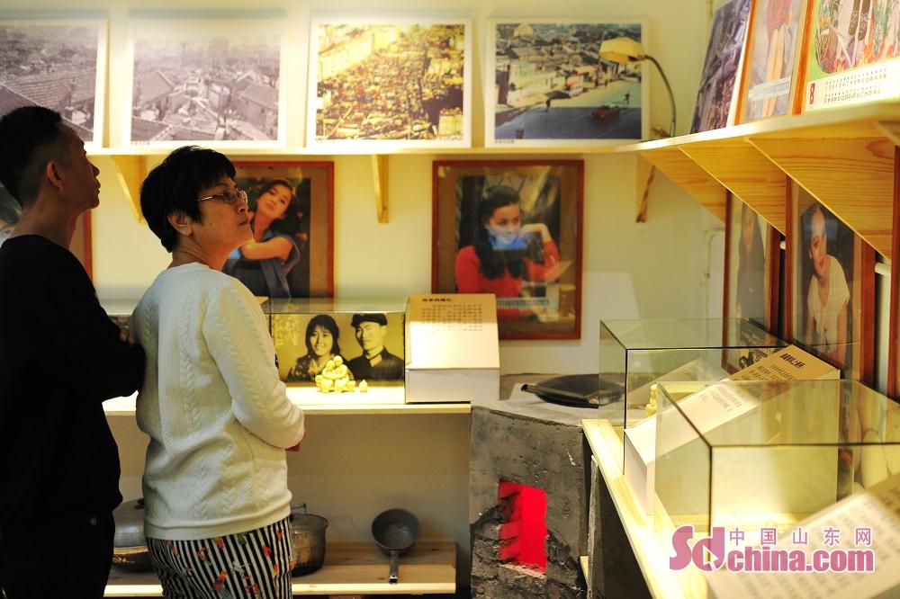 <br/>  10月9日,市民在青岛历史街区文化记忆馆观看八十年代青岛居民生活实物写照。<br/>