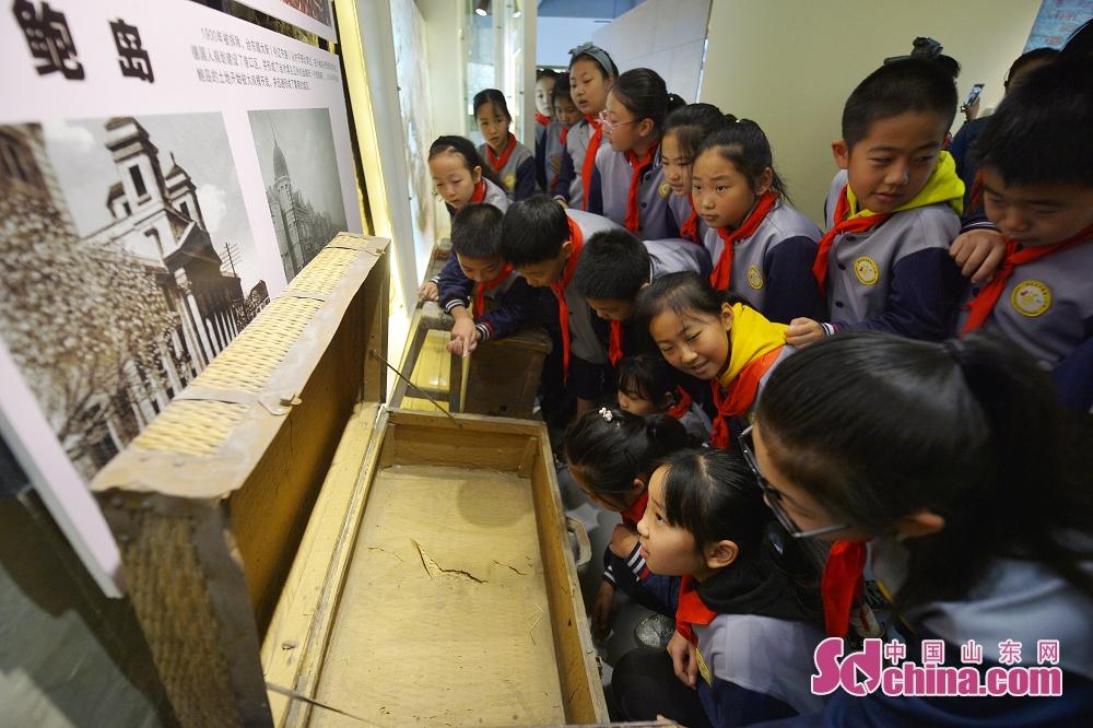 <br/>  10月9日,青岛北仲一路的学生青岛北仲一路小学的学生在青岛历史街区文化记忆馆参观老物件展览。<br/>