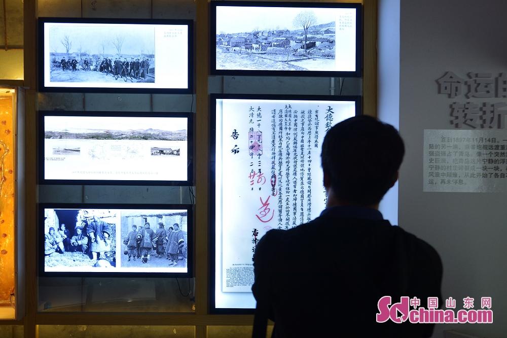 <br/>  10月9日,市民在青岛历史街区文化记忆馆观看老青岛照片展。<br/>