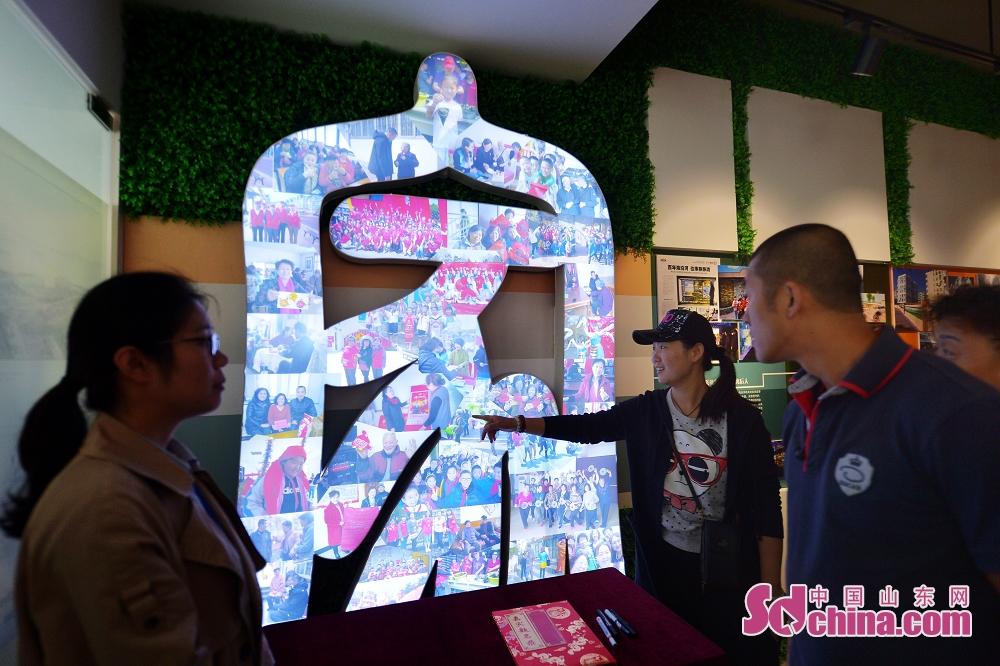 <br/>  10月9日,市民在青岛历史街区文化记忆馆观看以&ldquo;家&rdquo;为主题的当今居民生活照片展示。<br/>