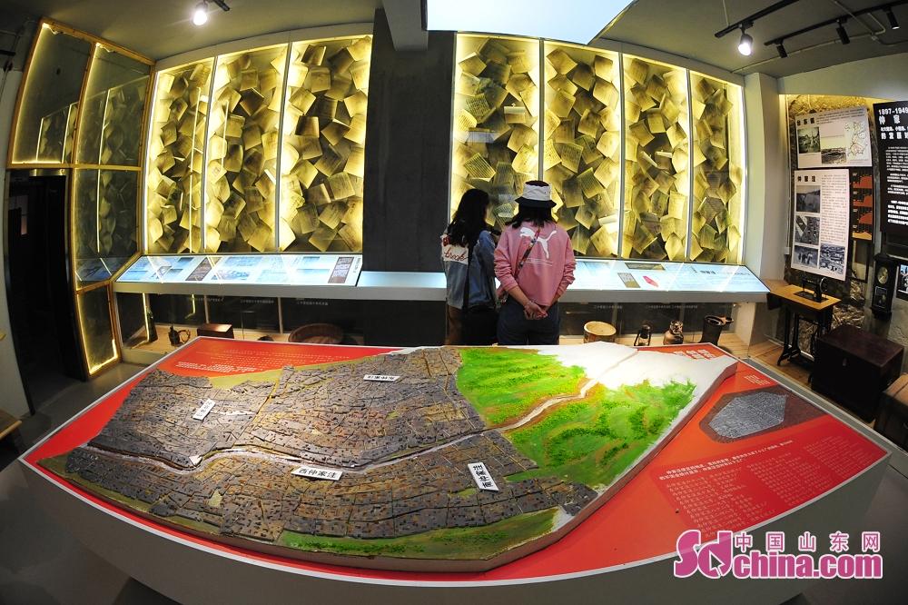 <br/>  10月9日,市民在青岛历史街区文化记忆馆参观文献展示。<br/>