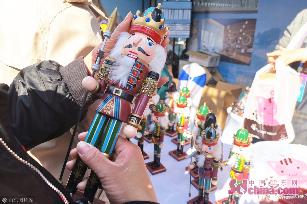 Photo taken on Oct. 15, 2019 shows the wooden nutcracker soldiers at the Jinan International Sister Cities Commodity Expo in Jinan, East China&rsquo;s Shandong Province, The expo kicked off here on Tuesday.<br/>