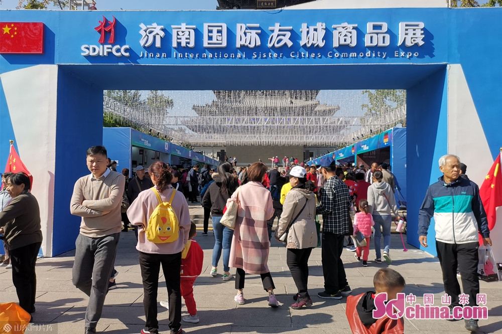 Visitors are seen during the Jinan International Sister Cities Commodity Expo in Jinan, East China&rsquo;s Shandong Province, Oct. 15, 2019. The expo kicked off here on Tuesday.<br/>