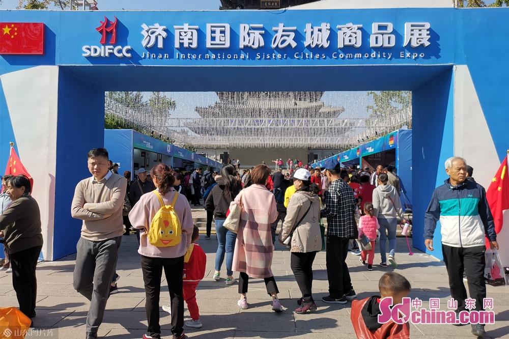 <br/>  15日上午,济南国际友城商品展在大明湖超然楼广场开幕。来自17个国家和地区的27个国际友好省州、城市及相关企业、机构参展,展出面积约4000平米。<br/>