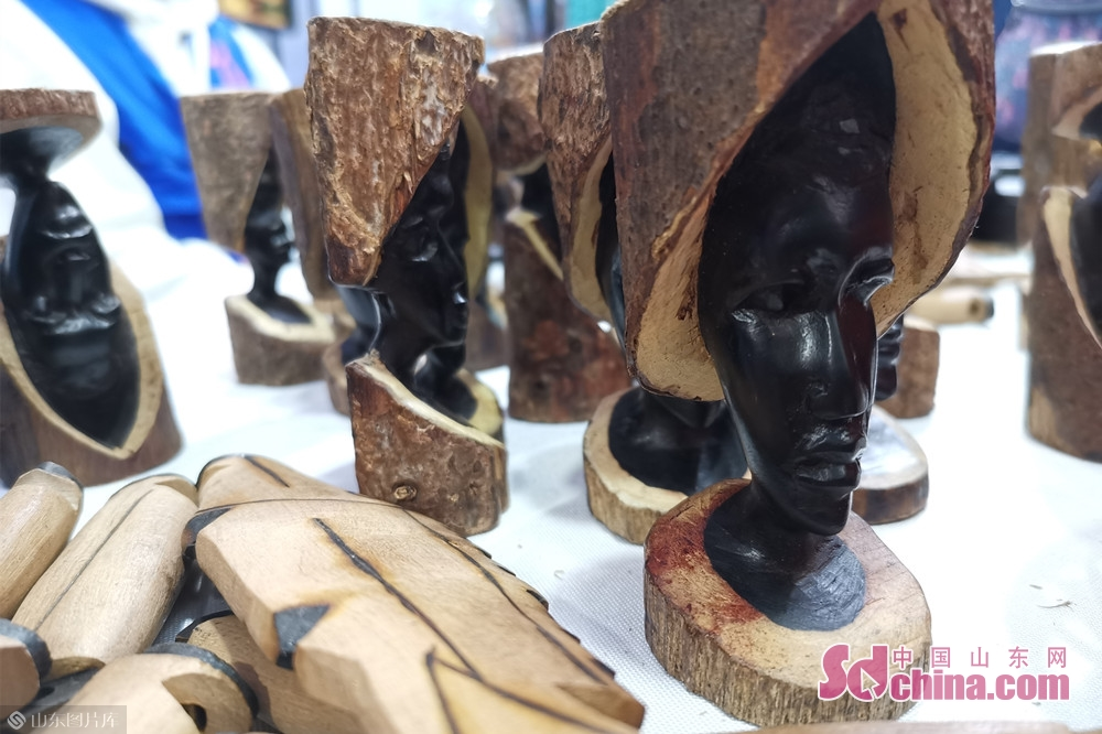 Photo taken on Oct. 15, 2019 shows the wood carvings at the Jinan International Sister Cities Commodity Expo in Jinan, East China&rsquo;s Shandong Province, The expo kicked off here on Tuesday.<br/>