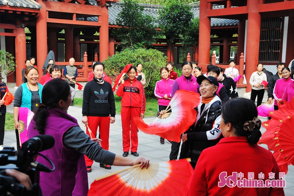 Liu Guili, professor of Shandong Youth University of Political Science, guides students during the volunteer service event for benefiting the masses with culture and arts. The event was held from Oct. 12 to 15, 2019 in Jinan, Qufu, Shouguang and Fei County.<br/>