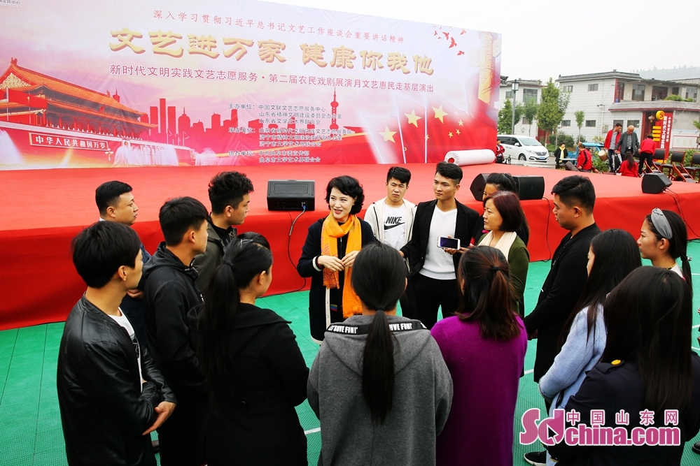 Yu Lan, the famous performing artist of Peking Opera, guides students during the volunteer service event for benefiting the masses with culture and arts. The event was held from Oct. 12 to 15, 2019 in Jinan, Qufu, Shouguang and Fei County.<br/>