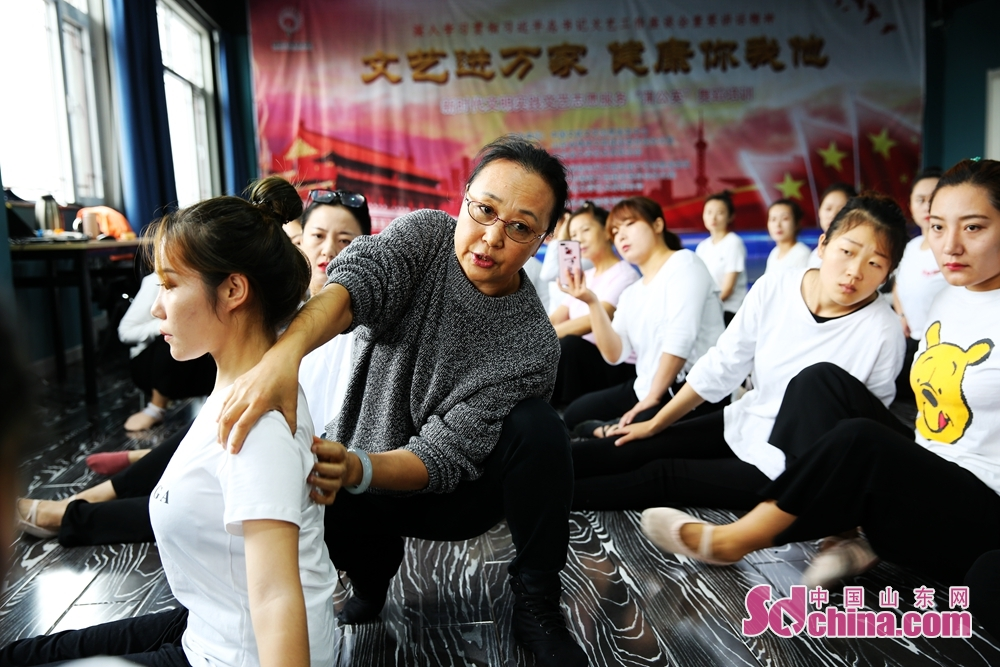 Liu Guihua, former art director of the Avant-garde Art Troupe of Jinan Military Region, guides students during the volunteer service event for benefiting the masses with culture and arts. The event was held from Oct. 12 to 15, 2019 in Jinan, Qufu, Shouguang and Fei County.<br/>