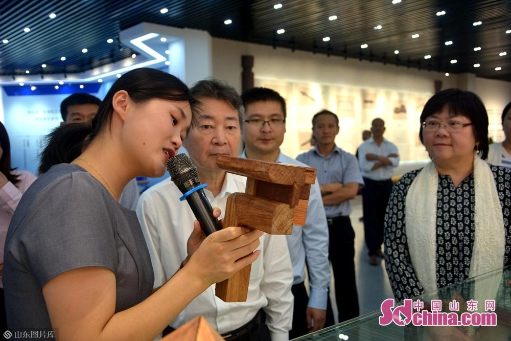 大家通过观看幻灯呈像、历史展览等深入了解了中国传统家居的制作、发展史,为中国劳动人民的智慧竖起大拇指。<br/>