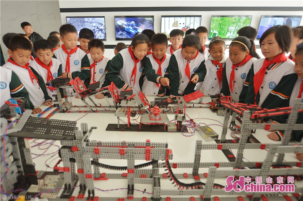 Students learn how to assembly a robot at Qingdao International Robot Center in Qingdao, east China&rsquo;s Shandong Province on Oct. 21, 2019.<br/>