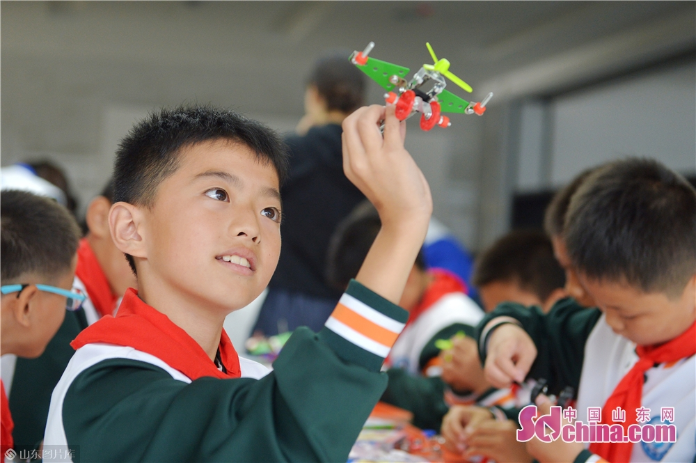 A student displays the propeller-driven aircraft he made himself at Qingdao International Robot Center in Qingdao, east China&rsquo;s Shandong Province on Oct. 21, 2019.<br/>