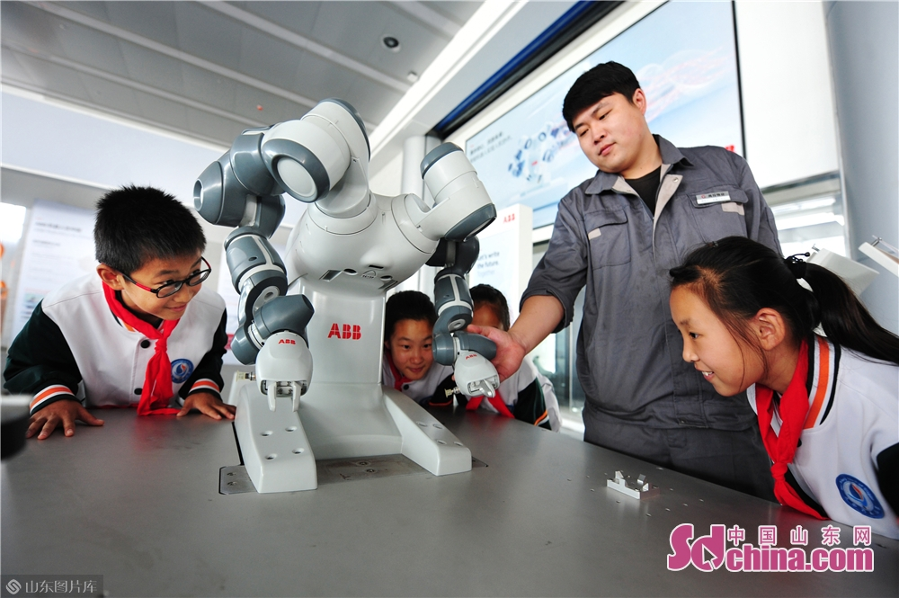 Students watch the demonstration of artificial intelligence at Qingdao International Robot Center in Qingdao, east China&rsquo;s Shandong Province on Oct. 21, 2019.<br/>