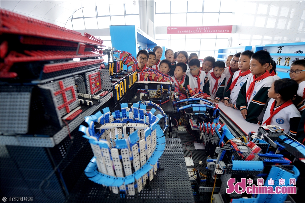 Students take a look at the Gothenburg robot at Qingdao International Robot Center in Qingdao, east China's Shandong Province on Oct. 21, 2019.