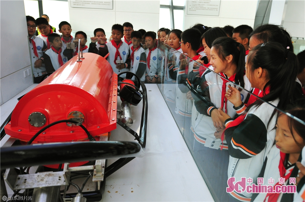 Students take a look at the underwater robot at Qingdao International Robot Center in Qingdao, east China&rsquo;s Shandong Province on Oct. 21, 2019.<br/>