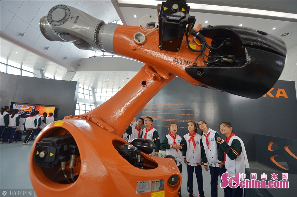 Students take a look at the industrial robot at Qingdao International Robot Center in Qingdao, east China&rsquo;s Shandong Province on Oct. 21, 2019.<br/>