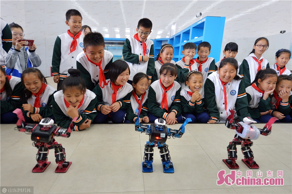 Students watch the dance performance of robots at Qingdao International Robot Center in Qingdao, east China&rsquo;s Shandong Province on Oct. 21, 2019.<br/>
